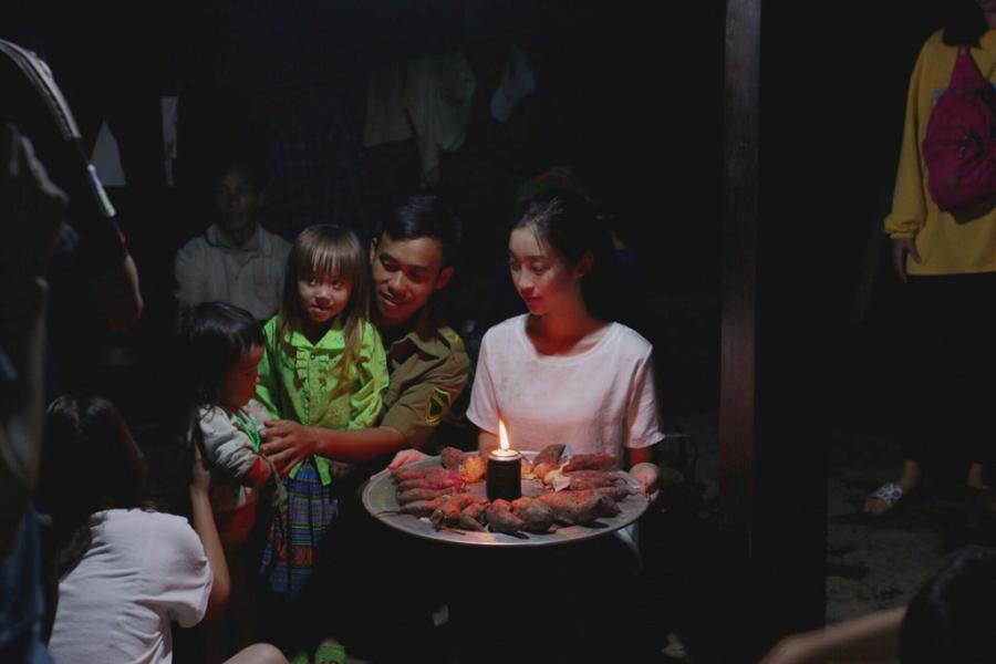 Hoa hau My Linh don sinh nhat ben ba con vung lu Yen Bai hinh anh 4