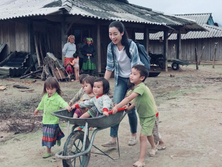 Hoa hau My Linh don sinh nhat ben ba con vung lu Yen Bai hinh anh 7