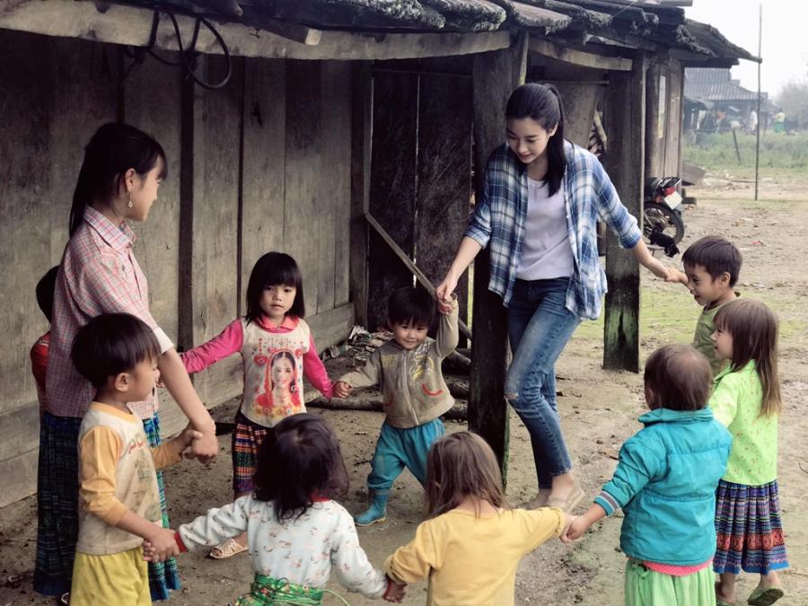 Hoa hau My Linh don sinh nhat ben ba con vung lu Yen Bai hinh anh 8
