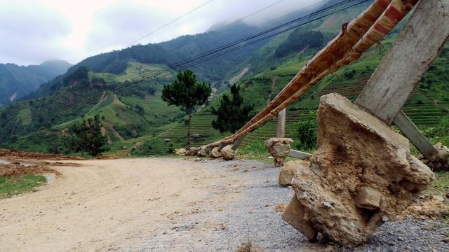 Đất đá kéo dải taluy xuống vực, nhổ tung các cọc hai bên.