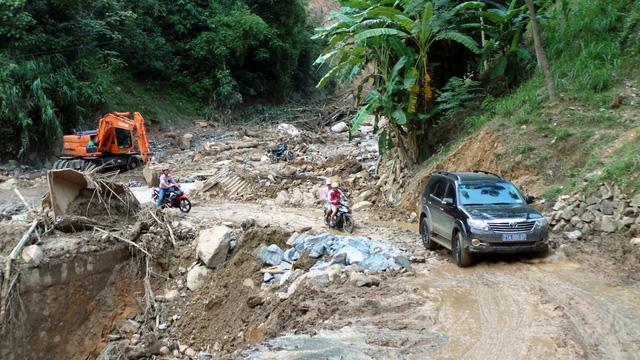Lực lượng chức năng nỗ lực kè đường, tuy nhiên giao thông lên huyện Trạm Tấu vẫn rất khó khăn do nhiều điểm sạt lở nghiêm trọng.
