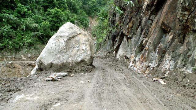 Tảng đá lớn chiếm nửa đường đi.