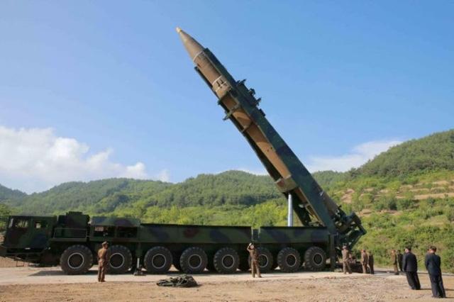 Xe mang phóng tự hành (TEL) của Triều Tiên chuẩn bị cho một vụ phóng tên lửa (Ảnh: KCNA)