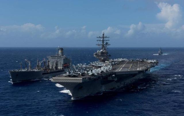 Tàu khu trục Shimakaze của Nhật Bản di chuyển cạnh tàu sân bay USS Ronald Reagan của Mỹ ngày 9/10 (Ảnh: US Navy)