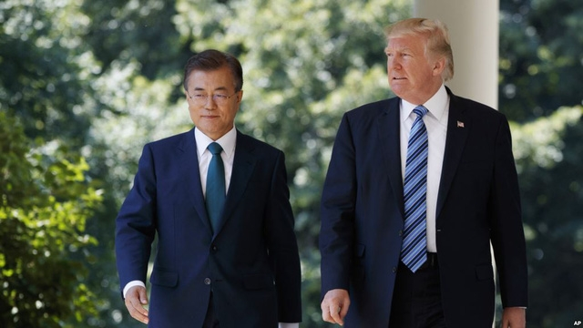 Tổng thống Donald Trump (phải) và Tổng thống Moon Jae-in trong cuộc gặp tại Nhà Trắng hồi tháng 6 (Ảnh: AP)