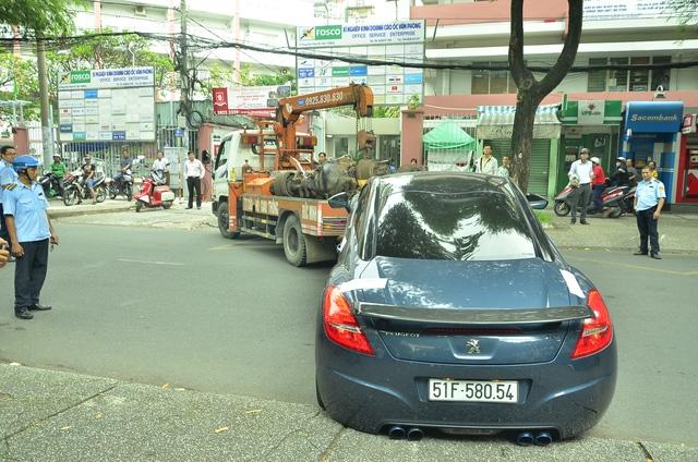 Một chiếc ô tô đậu trên vỉa hè bị tổ liên ngành cẩu đi