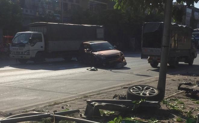 Xe sang Range Rover nát đầu sau khi đâm cột đèn đường, đôi nam nữ bị thương nặng