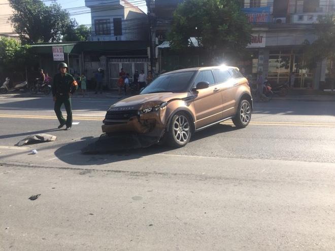Xe sang Range Rover nát đầu sau khi đâm cột đèn đường - Ảnh 1.