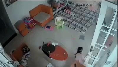 Xôn xao clip người chồng thẳng tay túm chân vợ lẳng xuống sàn nhà ngay trước mặt con nhỏ khiến nhiều người phẫn nộ - Ảnh 2.