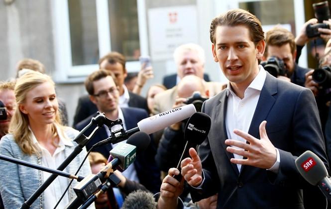 Ông Sebastian Kurz trả lời báo giới sau khi bỏ phiếu vào ngày 15.10 /// Reuters