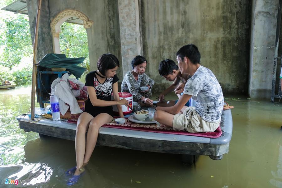 Nuoc van chua rut, dan Ha Noi che be 'dac chung' hinh anh 4
