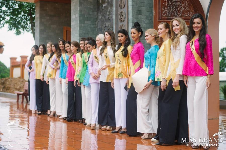 Thí sinh Miss Grand International 2017 duyên dáng trong tà áo bà ba vãn cảnh chùa - Ảnh 1.