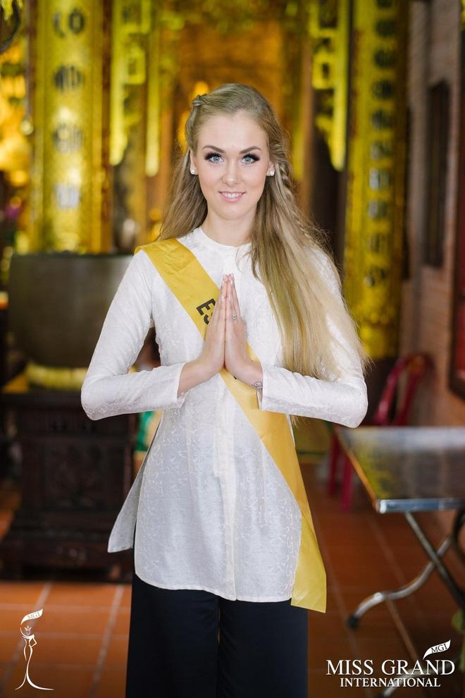 Thí sinh Miss Grand International 2017 diện áo bà ba đi vãn cảnh chùa - Ảnh 7.