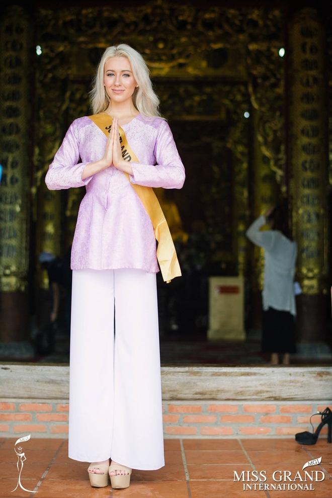Thí sinh Miss Grand International 2017 diện áo bà ba đi vãn cảnh chùa - Ảnh 8.
