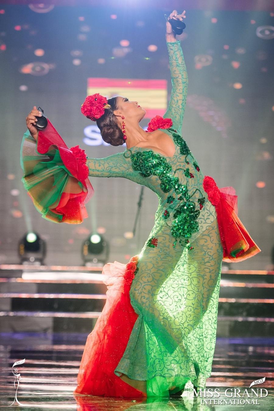 Trước giờ công bố kết quả, Huyền My lọt top 20 thí sinh có trang phục dân tộc được yêu thích nhất Miss Grand International 2017 - Ảnh 4.