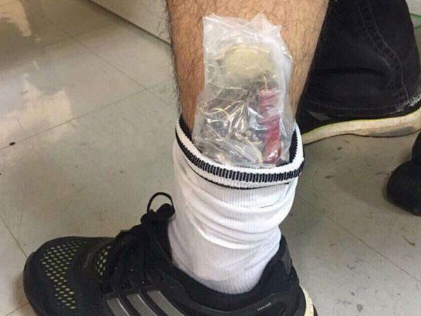 Giấu hàng chục đồng hồ Thụy Sỹ trong bắp chân để qua sân bay