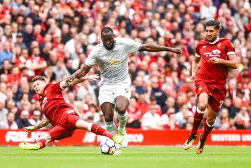 Lukaku (giữa) thi đấu trong trận đấu giữa Liverpool và MU ở Anfield vào thứ 7 vừa qua