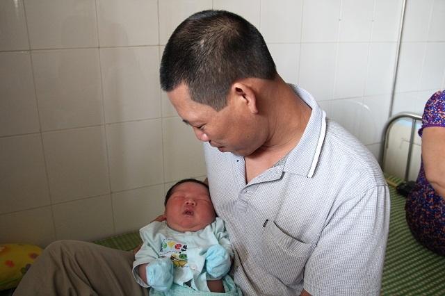 """bo be trai chao doi nang ky luc 7,1kg: """"luc dau toi khong tin, phai mang con di can lai"""" - 4"""