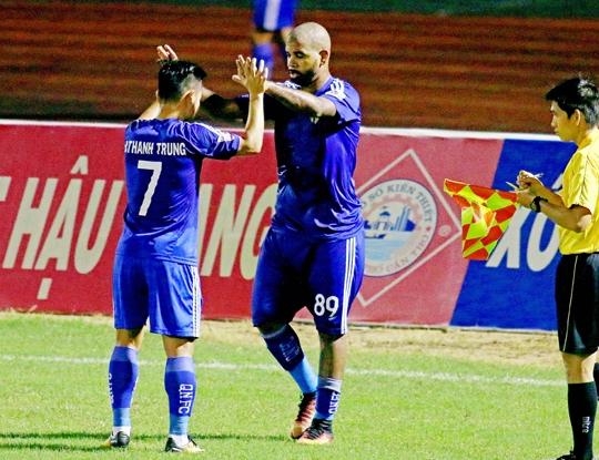 Chiem vi tri so 1 V.League, cau thu Quang Nam FC duoc thuong khung hinh anh