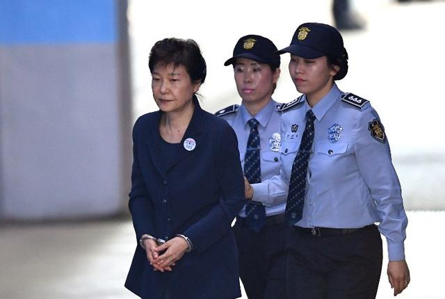 Cựu Tổng thống Park Geun-hye bị áp giải tới tòa ở Seoul hồi tháng 5 (Ảnh: AFP)