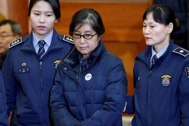 Bà Choi Soon-sil bị áp giải tới tòa xét xử (Ảnh: Reuters)