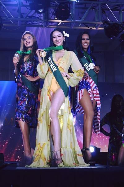 Hà Thu giành huy chương vàng trong phần Trang phục dạo biển.