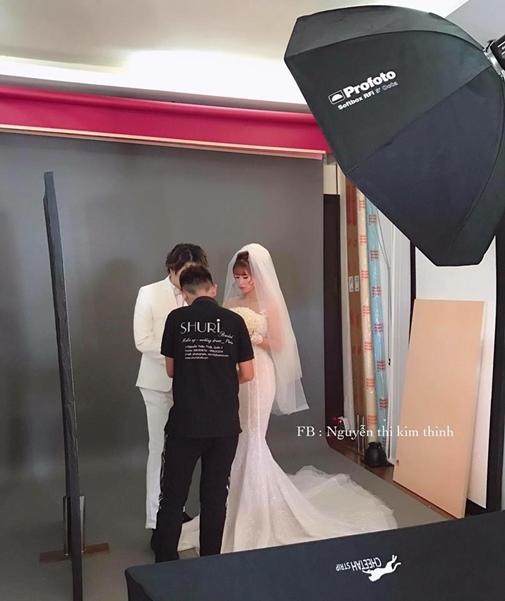 HOT: Khởi My e ấp, Kelvin Khánh để tóc dài lãng tử trong hậu trường chụp ảnh cưới - Ảnh 1.