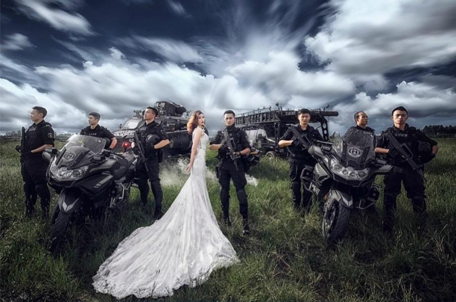 Không có thời gian ra ngoài, chàng cảnh sát đặc nhiệm điển trai đưa hôn thê vào khu huấn luyện chụp ảnh cưới - Ảnh 1.