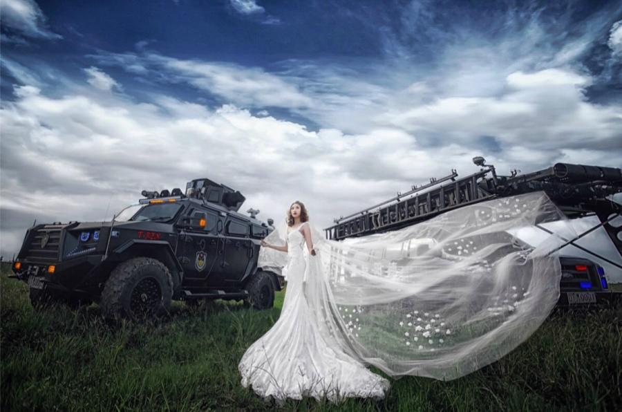Không có thời gian ra ngoài, chàng cảnh sát đặc nhiệm điển trai đưa hôn thê vào khu huấn luyện chụp ảnh cưới - Ảnh 3.