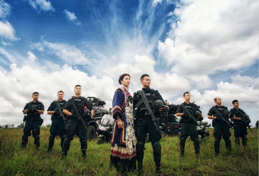 Không có thời gian ra ngoài, chàng cảnh sát đặc nhiệm điển trai đưa hôn thê vào khu huấn luyện chụp ảnh cưới - Ảnh 5.