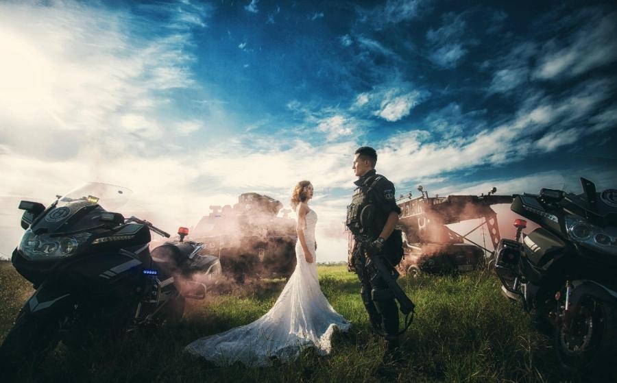 Không có thời gian ra ngoài, chàng cảnh sát đặc nhiệm điển trai đưa hôn thê vào khu huấn luyện chụp ảnh cưới - Ảnh 7.