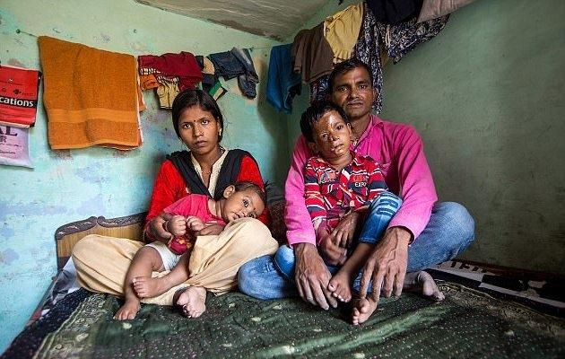 Aditya chụp ảnh cùng cha mẹ và em trai Aman