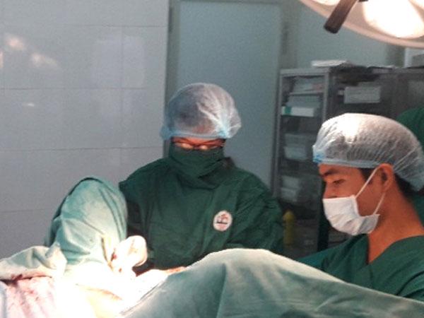 10 bác sĩ chi viện cứu sản phụ bị