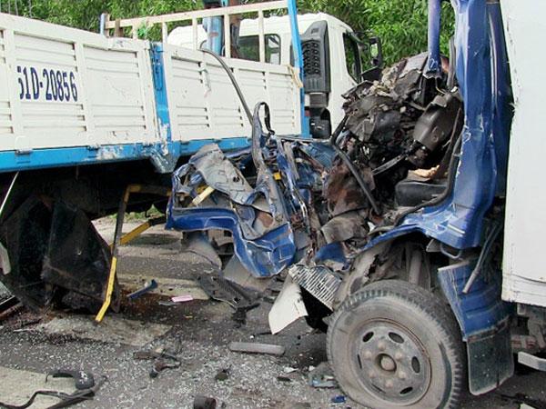 Cứu tài xế mắc kẹt trong cabin biến dạng sau tai nạn ở Sài Gòn