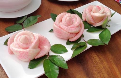 Hình ảnh mẫu hoa hồng ăn được đang rao bán trên chợ online từ một tiệm bánh ngọt - Ảnh MB.