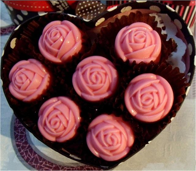 Một mẫu hoa hồng ăn được mà chị Hà rao bán trên mạng xã hội Facebook với giá 300.000 đồng. Nguyên liệu của hộp quà này chủ yếu là socola và bánh kem - Ảnh: Thanh Hà.