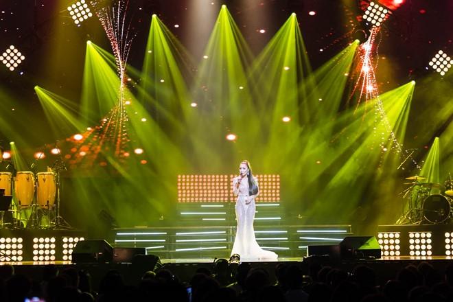 Hon 4.000 khan gia xem live show cua Hong Ngoc o My hinh anh 2
