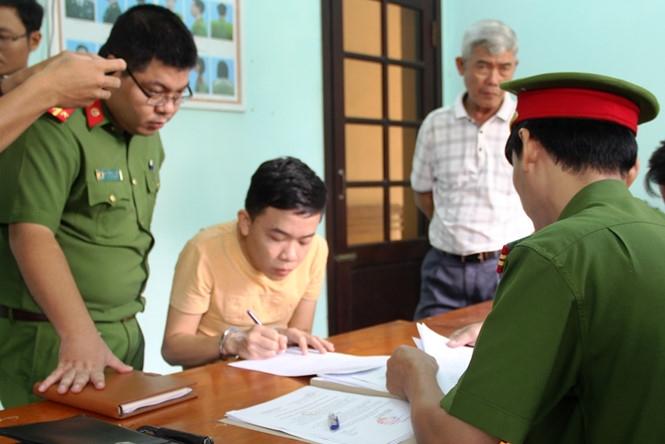 Thịnh ký vào lệnh bắt tạm giam /// Ảnh: Văn Tiến