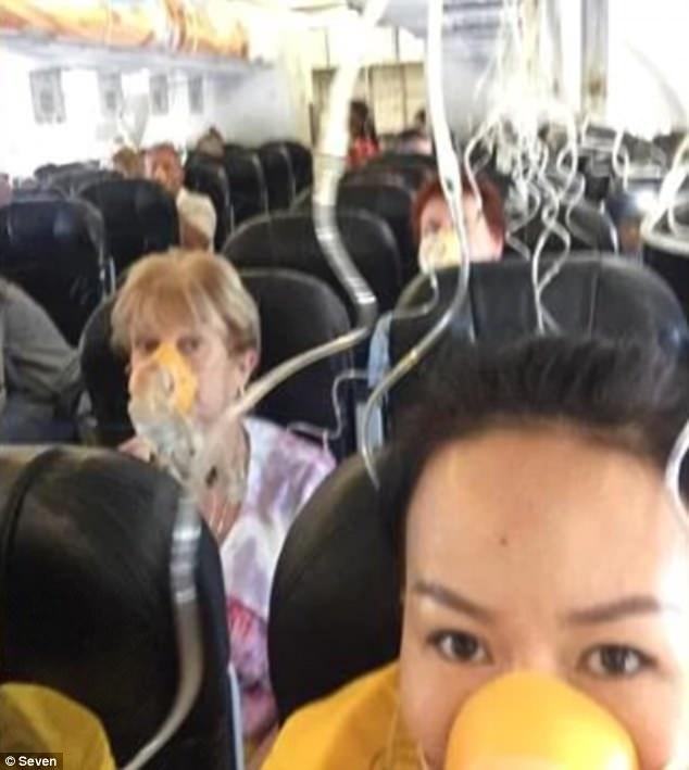 Máy bay rơi hơn 6 km, hành khách tạm biệt nhau, tiếp viên khóc hết nước mắt - Ảnh 2.