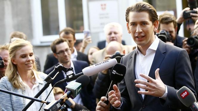 Thủ tướng tân cử Sebastian Kurz phát biểu sau khi rời phòng phiếu tại Vienna /// AFP