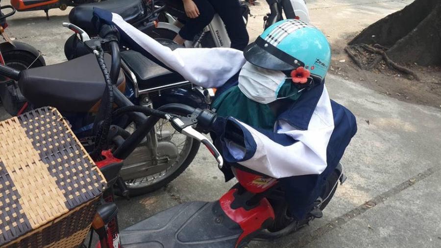 Trò đùa gây tranh cãi trên MXH: Áo khoác, mũ bảo hiểm, khẩu trang của nữ sinh bị độn gạch bẩn để tạo hình - Ảnh 2.