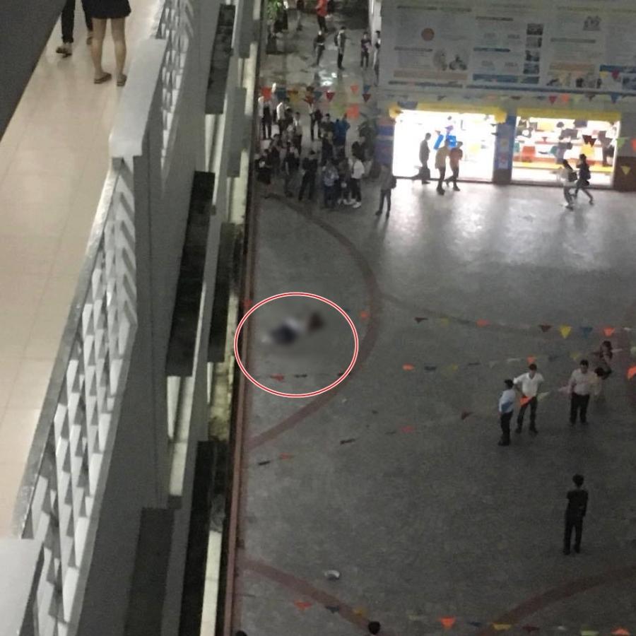 Trường Hutech đóng kín cổng sau khi một nam sinh viên tử vong thương tâm vì bê tông từ trên cao rơi trúng đầu - Ảnh 1.