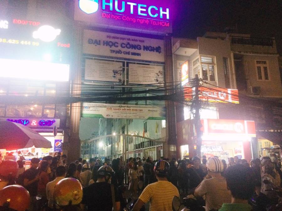 Trường Hutech đóng kín cổng sau khi một nam sinh viên tử vong thương tâm vì bê tông từ trên cao rơi trúng đầu - Ảnh 3.