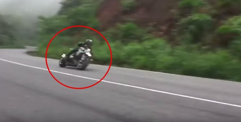 Clip nam thanh niên chạy xe PKL mất lái lao xuống sườn đèo Bảo Lộc sau màn ôm cua tốc độ cao khiến nhiều người thót tim - Ảnh 2.
