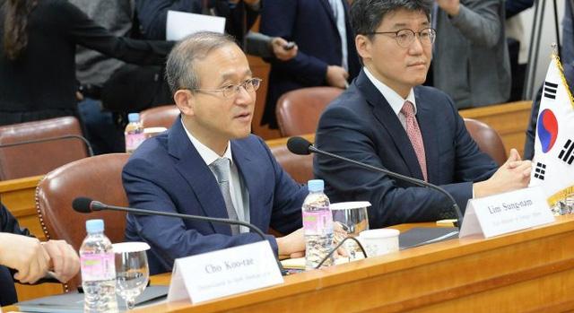 Thứ trưởng Ngoại giao Hàn Quốc Lim Sung-nam (trái). (Ảnh: Reuters)