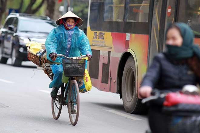 Mưa rét dưới 20 độ C, dân Thủ đô khoác chăn ra đường - 8