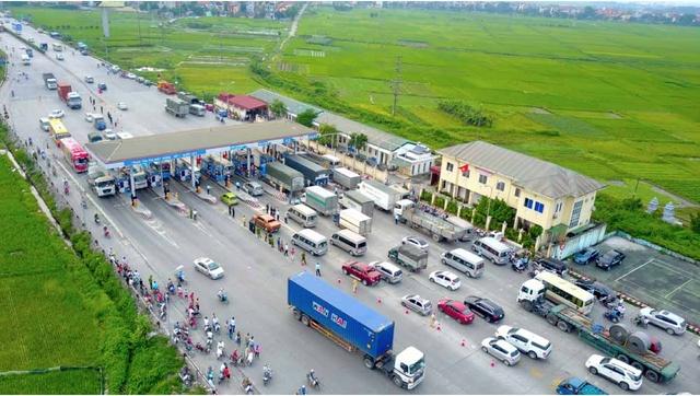 Trạm thu phí trên quốc lộ 5 xảy ra tình trạng tài xế trả tiền lẻ và gây ùn tắc giao thông hồi đầu tháng 9