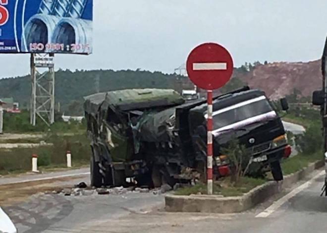 Thi thể tài xế kẹt cứng trong cabin sau cú đâm đuôi xe ben dừng trên quốc lộ - Ảnh 1.