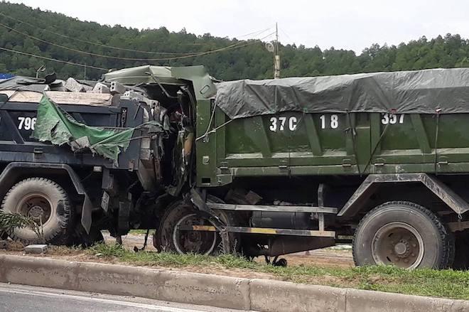 Thi thể tài xế kẹt cứng trong cabin sau cú đâm đuôi xe ben dừng trên quốc lộ - Ảnh 2.
