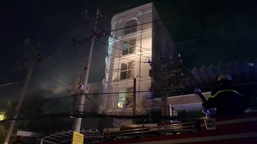Quán karaoke-cafe bốc cháy làm 7 người bị kẹt vì ngạt khói trước khi cảnh sát giải cứu an toàn. Ảnh: Trường Sơn